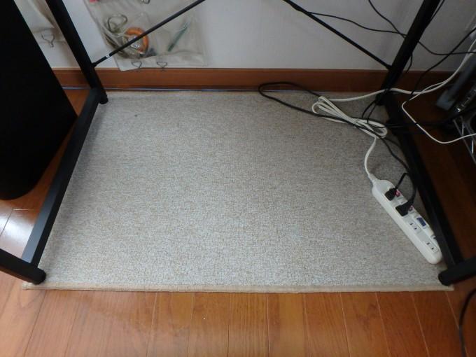 ワークデスク カーペットが90cm×60cmでどんぴしゃ